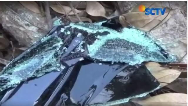 Motor korban dalam kondisi rusak sedangkan mobil polisi terguling.