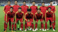 Pemain Timnas Indonesia U-19 berpose bersama jelang melawan Korea Utara pada kualifikasi Grup K Piala AFC U-19 2020 di Stadion Utama Gelora Bung Karno, Jakarta, Minggu (10/11/2019). Laga berakhir imbang 1-1. (Liputan6.com/Helmi Fithriansyah)