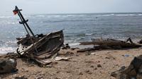 Bangkai kapal kayu milik nelayan yang terdampar di bibir Pantai Anyer Carita usai Tsunami Selat Sunda (Liputan6.com / Nefri Inge)