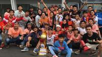 The Jakmania membawa replika trofi Liga 1 jelang laga Persija Jakarta kontra Mitra Kukar di Stadion Utama Gelora Bung Karno, Minggu (9/12/2018). (Bola.com/Benediktus Gerendo Pradigdo).