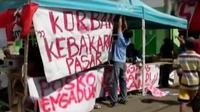 Pedagang pasar Limbangan melakukan protes dengan melempari bangunan baru pasar Limbangan dengan tahu.