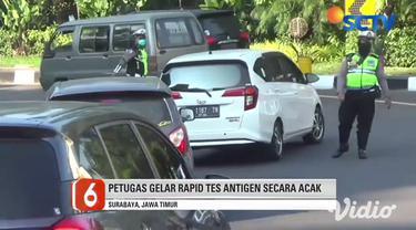 Petugas menggelar rapid tes antigen secara acak kepada pengendara asal luar kota yang masuk ke Surabaya, Jawa Timur, di perbatasan Kota Surabaya dan Kabupaten Sidoarjo.