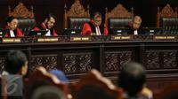 Ketua MK Arief Hidayat memimpin sidang putusan UU No Tahun 2015 tentang Pilkada di Jakarta, Selasa (29/9). MK memperbolehkan daerah dengan calon tunggal untuk melaksanakan pilkada serentak pada Desember mendatang (Liputan6.com/Faizal Fanani)
