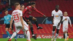 1. Marcus Rashford (Manchester United/ 23 tahun) - Striker asal Inggris ini membuat hattrick saat Manchester United menjamu RB Leipzig di Old Trafford pada matchday ke-2 Grup H (28/10/2020). Hasil akhir, Manchester United mengalahkan RB Leipzig 5-0. (AFP/Anthony Devlin)