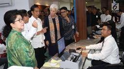 Presiden Joko Widodo saat menemani Managing Director IMF Christine Lagarde melihat fasilitas pelayanan dengan menggunakan Kartu Indonesia Sehat (KIS) untuk kesehatan masyarakat  di RSPP Jakarta, Senin (26/2). (Liputan6.com/Angga Yuniar)