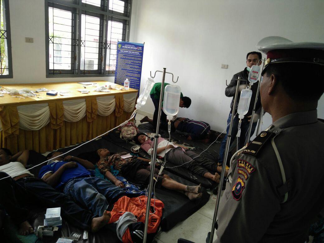 Bus masuk jurang di Jalinsum, Tapanuli Selatan, Sumut, mengakibatkan tiga orang tewas, 25 penumpang terluka ringan, dan empat cedera berat. (Liputan6.com/Reza Efendi)