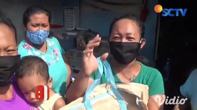 Gubernur Jawa Timur Khofifah Indar Parawansa melakukan gowes bersama Sabtu pagi, melewati sejumlah jalan protokol dan pasar tradisional di Kota Surabaya. Khofifah juga membagikan ribuan masker serta sembako pada sejumlah warga.
