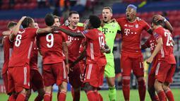 Pemain Bayern Munchen merayakan kemenangan atas Sevilla pada laga Piala Super Eropa 2020 di Puskas Arena, Budapest, Jumat (25/9/2020) dini hari WIB. Bayern Munchen menang 2-1 atas Sevilla. (AFP/Bernadett Szabo/pool)