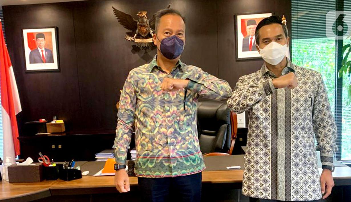 Menteri Perindustrian Agus Gumiwang Kartasasmita dan Calon Ketua Umum Kadin Anindya N. Bakrie foto bersama di kantor Kemenperin, Jakarta, Selasa (05/4/2021). Agus Gumiwang mengatakan Anindya Bakrie memiliki jiwa kepemimpinan yang matang dan memahami organisasi secara utuh. (Liputan6.com/HO/Alwi)