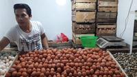 Pedagang Telur di Pasar Mencos, Setiabudi, Puryadi (Dok Foto: Bawono Yadika Tulus/Liputan6.com)