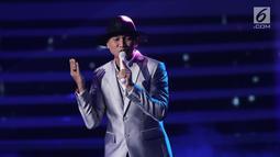 Aksi panggung Anji saat membawakan lagu pada perayaan HUT Indosiar ke-23 di Jakarta Convention Center (JCC), Kamis (11/1). Di HUT Indosiar ini Anji membawakan lagu DIA. (Liputan6.com/Herman Zakharia)