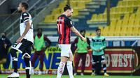 Striker AC Milan, Zlatan Ibrahimovic (kanan) berjalan meninggalkan lapangan usai menerima kartu merah saat menghadapi Parma dalam laga lanjutan Liga Italia 2020/2021 pekan ke-30 di Ennio-Tardini Stadium, Parma, Sabtu (10/4/2021). AC Milan menang 3-1 atas Parma. (AFP/Alberto Pizzoli)