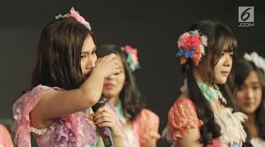 Member JKT 48, Melody menghapus air mata saat memberi pengumuman di acara 'JKT48 Request Hour Setlist Best 30 2017', Jakarta, Sabtu (4/11). Melody mengumumkan dirinya yang dari Tim J dan Tim T memutuskan lulus dari JKT48. (Liputan6.com/Herman Zakharia)