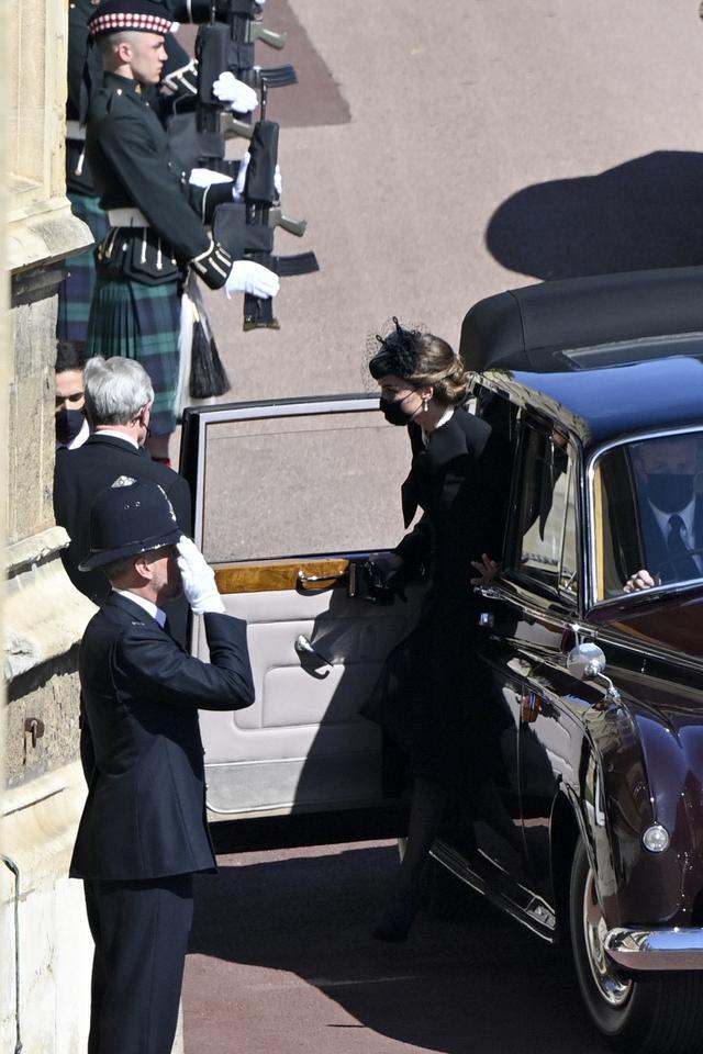 Kate Middletone, Duchess of Cambridge turun dari mobil saat tiba menghadiri acara pemakaman Pangeran Philip di kastil Windsor, Inggris (17/4/2021). Pangeran Philip meninggal 9 April pada usia 99 tahun setelah 73 tahun menikah dengan Ratu Inggris Elizabeth II. (Justin Tallis/Pool via AP)