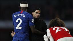Pelatih Arsenal Mikel Arteta bersalaman dengan bek Chelsea  Antonio Rudiger usai pertandingan melawan Chelsea pada lanjutan Liga Inggris di  Stadion Emirates, London (29/12/2019). Arsenal kalah tipis atas Chelsea 1-2. (AFP Photo/Adrian Dennis)