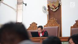 Hakim tunggal Sudjarwanto memimpin sidang gugatan praperadilan yang dilayangkan Denny Andrian di PN Jakarta Selatan, Selasa (20/8/2019). Majelis hakim menolak gugatan yang diajukan Denny Andrian kepada Polda Metro Jaya terkait tilang elektronik ganjil genap. (Liputan6.com/Immanuel Antonius)