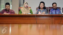 Anggota DPD, Eni khaerani  (kedua kiri) saat memberikan keterangan pers di Kompleks Parlemen, Jakarta, (23/5).Konferensi Pers tersebut perihal urgensi dibuat UU Penghapusan Kekerasan Seksual untuk melindungi generasi bangsa. (Liputan6.com/Johan Tallo)