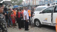 Mobil operasional milik PT Kereta Api Indonesia (KAI) Daop IV Semarang terlibat kecelakaan di Jalan Blora-Cepu, tepatnya di depan SD Negeri 2 Jiken, Kecamatan Jiken, Kabupaten Blora, Jawa Tengah. (Liputan6.com/Ahmad Adirin)