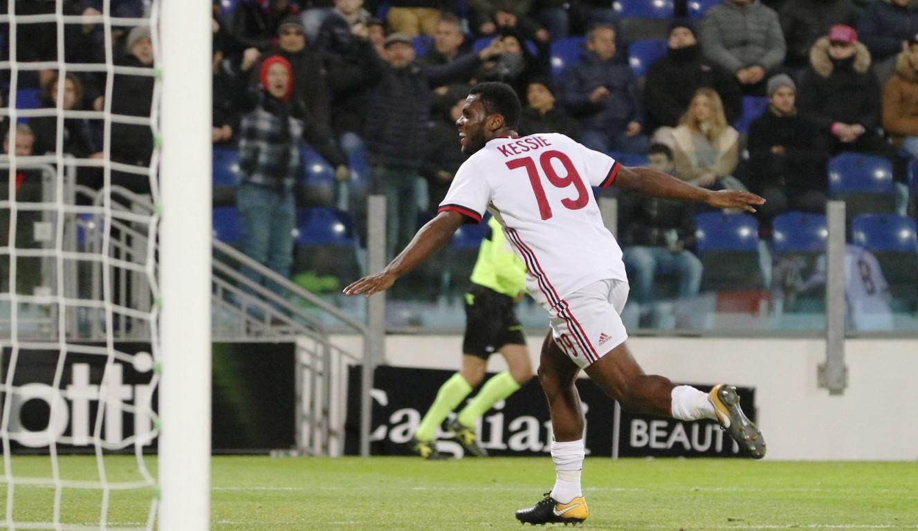 Pemain  AC Milan, Franck Kessie, merayakan gol ke gawang Cagliari pada pertandingan lanjutan Serie A, di Sardegna Arena Stadium, Senin (22/1/2018) dini hari WIB. (AP/Fabio Murru).