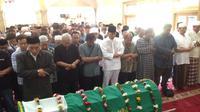 Kabar meninggalnya Oon ternyata bukan hanya luka bagi keluarganya, rekan-rekan sesama artis juga turut merasakan kesedihan. Ucapan turut berduka cita dan doa dari berbagai kalangan bertaburan untuk mendiang Oon. (Syaiful Bahri/Bintang.com)