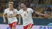 Striker Polandia, Robert Lewandowski (kanan) melakukan selebrasi usai mencetak gol penyeimbang 1-1 ke gawang Spanyol dalam laga Grup E Euro 2020 di La Cartuja Stadium, Sevilla, Minggu (20/6/2021) dini hari WIB. (Foto: AP/Pool/David Ramos)