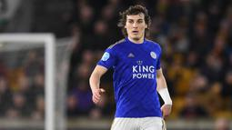 Caglar Soyuncu - Bek asal Turki ini tampil sangat apik di Leicester City selama musim 2019/20. Soyuncu memiliki rasio kemenang tackle sebanyak 67 persen dan tertiggi di kompetisi Premier Leagu musim ini. (AFP/Oli Scarff)
