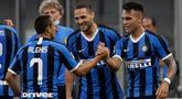 Penyerang Inter Milan, Lautaro Martinez (kanan) berselebrasi dengan rekan-rekannya usai mencetak gol ke gawang Torino pada pertandingan lanjutan Liga Serie A Italia di stadion San Siro di Milan, Italia (13/7/2020). Inter Milan menang telak 3-1 atas Torino. (AP Photo/Luca Bruno)