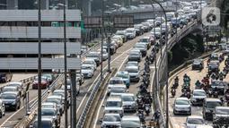 Sejumlah pengendara kendaraan bermotor mengalami kemacetan lalu lintas di Tol Dalam Kota dan Jalan Gatot Subroto Jakarta, Selasa (19/5/2020). Meski masa pembatasan sosial berskala besar (PSBB) masih berlangsung, kemacetan lalu lintas masih terjadi di Ibu Kota. (Liputan6.com/Faizal Fanani)
