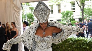 Penyanyi Rihanna menghadiri pagelaran Met Gala 2018 di Museum Seni Metropolitan New York, Senin (7/5). Kali ini Rihanna mengenakan busana layaknya Paus di Katedral rancangan John Galliano dari Maison Margiela Artisanal. (Evan Agostini/Invision/AP)
