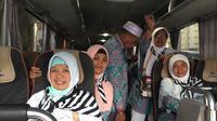 Jemaah haji kloter 44 Embarkasi Surabaya (SUB 44) saat akan diberangkatkan dari Mekah ke Madinah, Arab Saudi. (Liputan6.com/Taufiqurrohman)