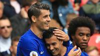Gelandang Chelsea, Pedro (tengah) melakukan selebrasi bersama Alvaro Morata usai mencetak gol keg gawang Stoke City pada lanjutan Liga Inggris di Stadion Bet365 di Stoke-on-Trent, (23/9). Chelsea menang 4-0. (AFP Photo/Lindsey Parnaby)