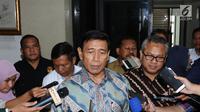 Menko Polhukam Wiranto (tengah) bersama Ketua KPU, Arief Budiman memberi keterangan usai melakukan pertemuan di Gedung KPU, Jakarta, Selasa (6/3). Pertemuan berlangsung sekitar satu jam dan tertutup. (Liputan6.com/Helmi Fithriansyah)