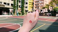 Usai menggunakan hak suara pada pemilu Taiwan, warga akan ditandai dengan cap khusus. (Liputan6.com Teddy Tri Setio Berty)