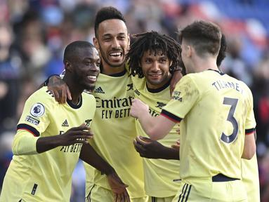 Para pemain Arsenal merayakan gol pertama ke gawang Crystal Palace yang dicetak gelandang Nicolas Pepe (kiri) dalam laga lanjutan Liga Inggris 2020/2021 pekan ke-37 di Selhurst Park, London, Rabu (19/5/2021). Arsenal menang 3-1 atas Crystal Palace. (AP/Justin Setterfield/Pool)