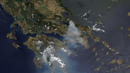 Gambar satelit yang dirilis oleh Maxar Technologies ini menunjukkan kebakaran hutan yang membakar utara Athena, Yunani di pulau Evia (8/8/2021).Kebakaran tersebut memicu lebih banyak peringatan evakuasi. (Satellite image ©2021 Maxar Technologies via AP)