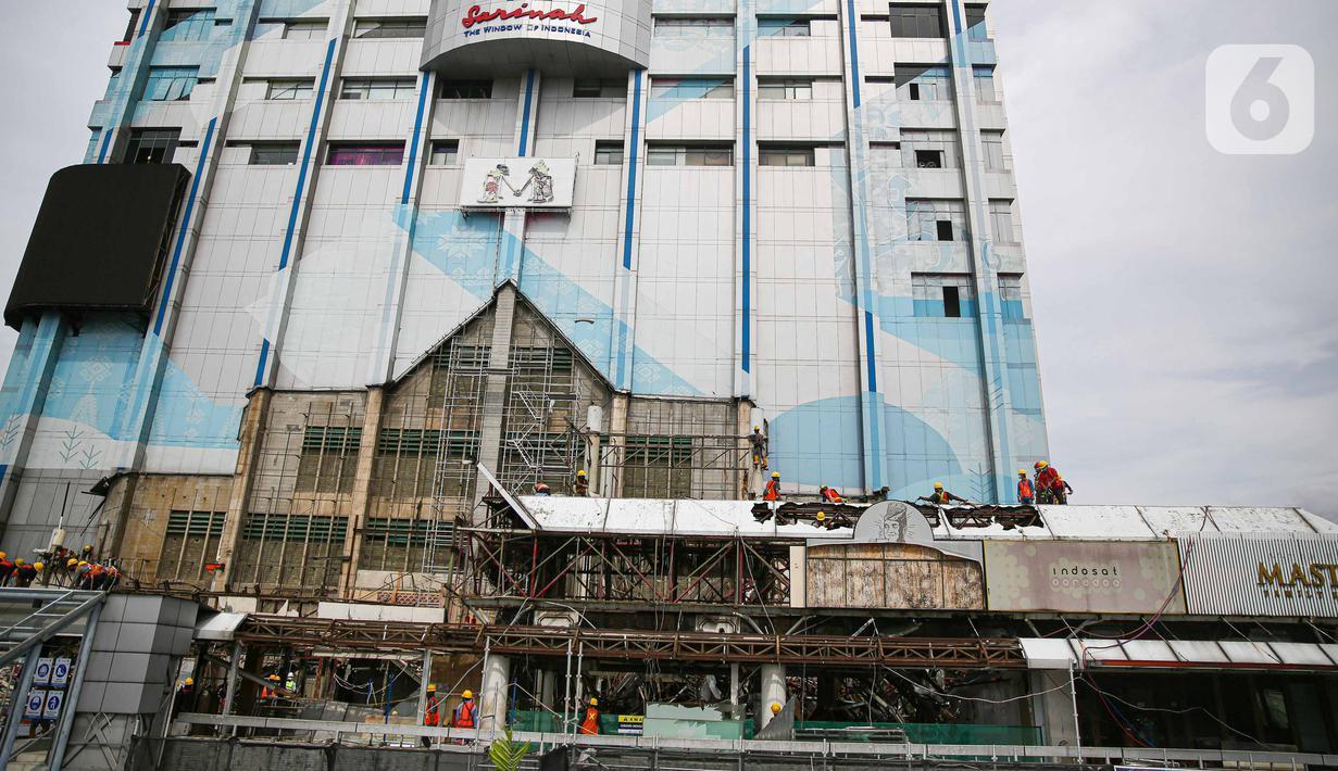 Petugas melakukan proses pemugaran pusat perbelanjaan Sarinah, Jakarta, Jumat (30/10/2020). Proyek transformasi Sarinah yang dicanangkan pada Agustus 2020 itu dijadwalkan selesai Agustus 2021. Pemugaran dilakukan dengan tetap mempertahankan aspek sejarah Gedung Sarinah. (Liputan6.com/Faizal Fanani)