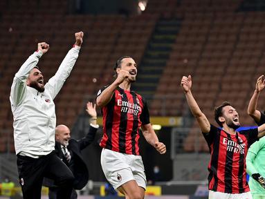 Penyerang AC Milan, Zlatan Ibrahimovic, merayakan kemenangan atas Inter Milan pada laga lanjutan Liga Italia di Stadion San Siro, Sabtu (17/10/2020) malam WIB. Dalam laga Derby Della Madonnina ini, AC Milan menang 2-1 atas Inter Milan. (AFP/Miguel Medina)