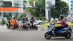 Pengendara sepeda motor melawan arus lalu lintas di perempatan lampu merah kawasan Gondangdia, Jakarta, Senin (29/4/2019). Para pengendara nekat melawan arus meski berpotensi menyebabkan kescelakaan. (Liputan6.com/Immanuel Antonius)