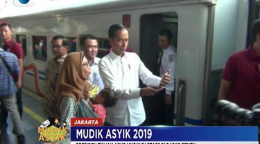 Kedatangan Jokowi juga dimanfaatkan oleh penumpang kereta api untuk berfoto bersama.