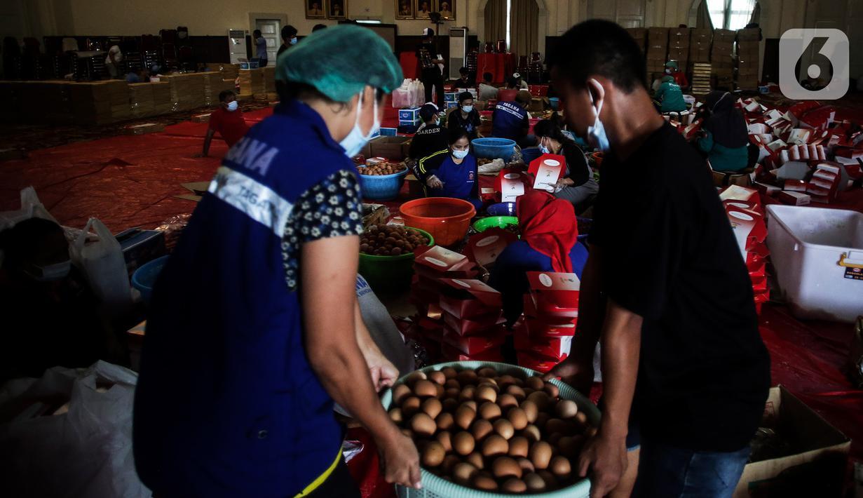 Aktivitas dapur umum Kementerian Sosial di halaman Gedung Konvensi, TMP Kalibata, Jakarta, Kamis (5/8/2021). Sebanyak 16.000 makanan disiapkan untuk tenaga kesehatan, petugas penyekatan PPKM dan petugas TPU serta warga yang sedang isolasi mandiri di wilayah Jabodetabek. (Liputan6.com/JohanTallo)