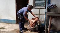 Polisi yang memandikan dan mengurus pemuda berkebutuhan khusus dipuji oleh netizen. Seperti apa kisahnya?