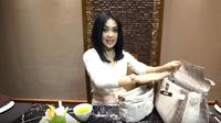 Membongkar isi tas Syahrini. (foto: YouTube Channel 'The Princess Syahrini')