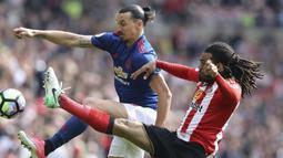 Aksi pemain Manchester United, Zlatan Ibrahimovic (kiri) berebut bola dengan pemain Sunderland, Jason Denayer pada lanjutan Premier League  Stadium of Light, Sunderland, (9/4/2017). Manchester United menang 3-0. (Owen Humphreys/PA via AP)