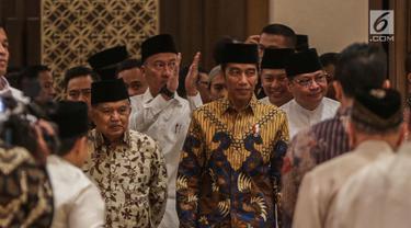 Presiden Joko Widodo didampingi Wapres Jusuf Kalla menghadiri acara Buka Puasa Bersama Partai Golkar, di Jakarta, Minggu (19/5/2019). Kegiatan tersebut mengangkat tema Menjemput Kemenangan Ramadan. (Liputan6.com/Faizal Fanani)