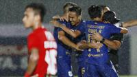 Para pemain PSIS Semarang merayakan gol penyeimbang 2-2 ke gawang Persija Jakarta dalam laga pekan kedua BRI Liga 1 2021/2022 di Indomilk Arena, Tangerang, Minggu (12/9/2021). Kedua tim bermain imbang 2-2. (Foto: Bola.Com/M. Iqbal Ichsan)