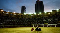 Seorang matador asal Spanyol, Enrique Ponce berusaha menaklukkan banteng di arena laga banteng La Santamaria, Bogota, Kolombia, 28 Januari 2018. (AFP PHOTO / Raul Arboleda)