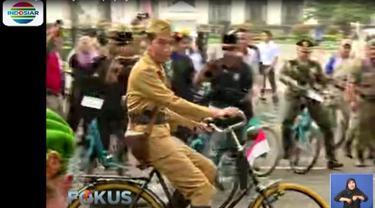 Dengan gaya ini, Presiden Jokowi membuka acara Bandung Lautan Sepeda yang diikuti ribuan peserta.
