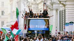 Para pemain dan fans tampak menikmati euforia keberhasilan Timnas Italia membawa pulang trofi Piala Eropa ke negaranya. (Foto:AP/Mauro Scrobogna
