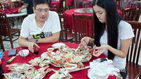 Xie, perempuan berusia 27 tahun ini nyatanya bekerja sebagai pengupas kepiting yang menawarkan jasanya melalui aplikasi online Taobo.