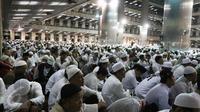 Peserta aksi 112 sedang mengikuti zikir dan tausiyah di Masjid Istiqlal, Jakarta, Sabtu (11/2). (Liputan6.com/Herman Zakharia)